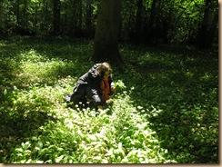 femme cueillant plantes